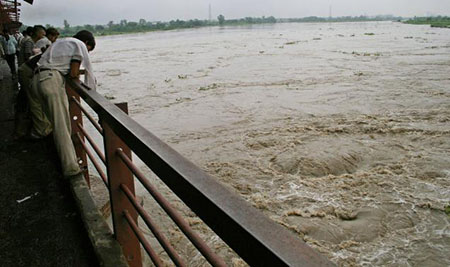 Yamuna rises further, threat of floods